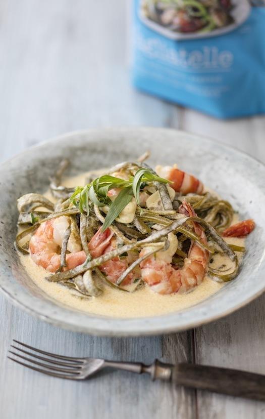 Pasta aus Riementang-Algen, Garnelen und Estragonsahne